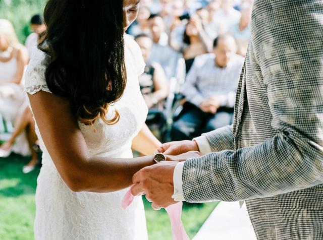indie boho wedding bruiloft analoge fotografie buiten trouwen hanke arkenbout film