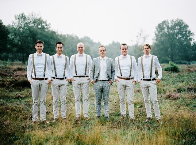 indie boho wedding bruiloft analoge fotografie buiten trouwen groomsmen hanke arkenbout