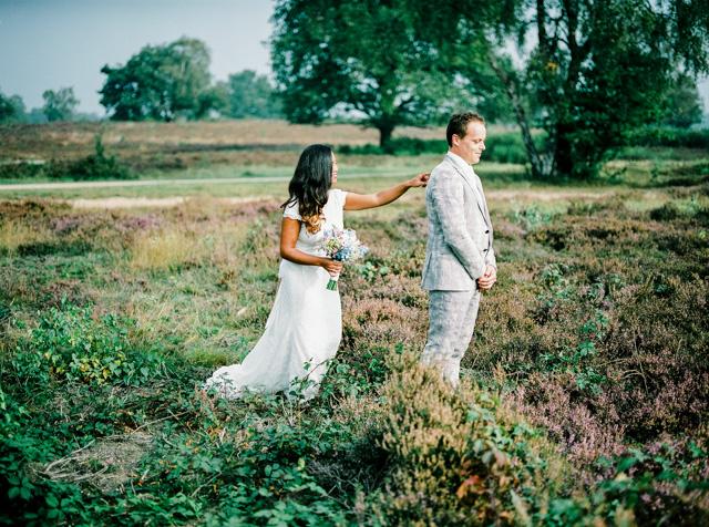 indie boho wedding bruiloft analoge fotografie buiten trouwen first look