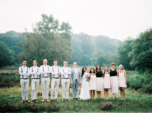 indie boho wedding bruiloft analoge fotografie buiten trouwen groomsmen bridesmaids bruidsmeisjes hanke arkenbout