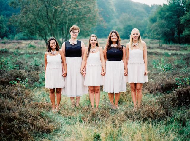 indie boho wedding bruiloft analoge fotografie buiten trouwen bruidsmeisjes bridesmaids