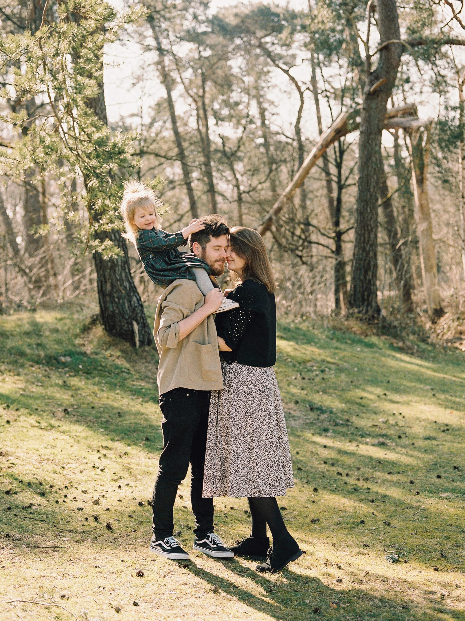 ontspannen familiefotografie gezinsfotografie buiten analoog hanke arkenbout